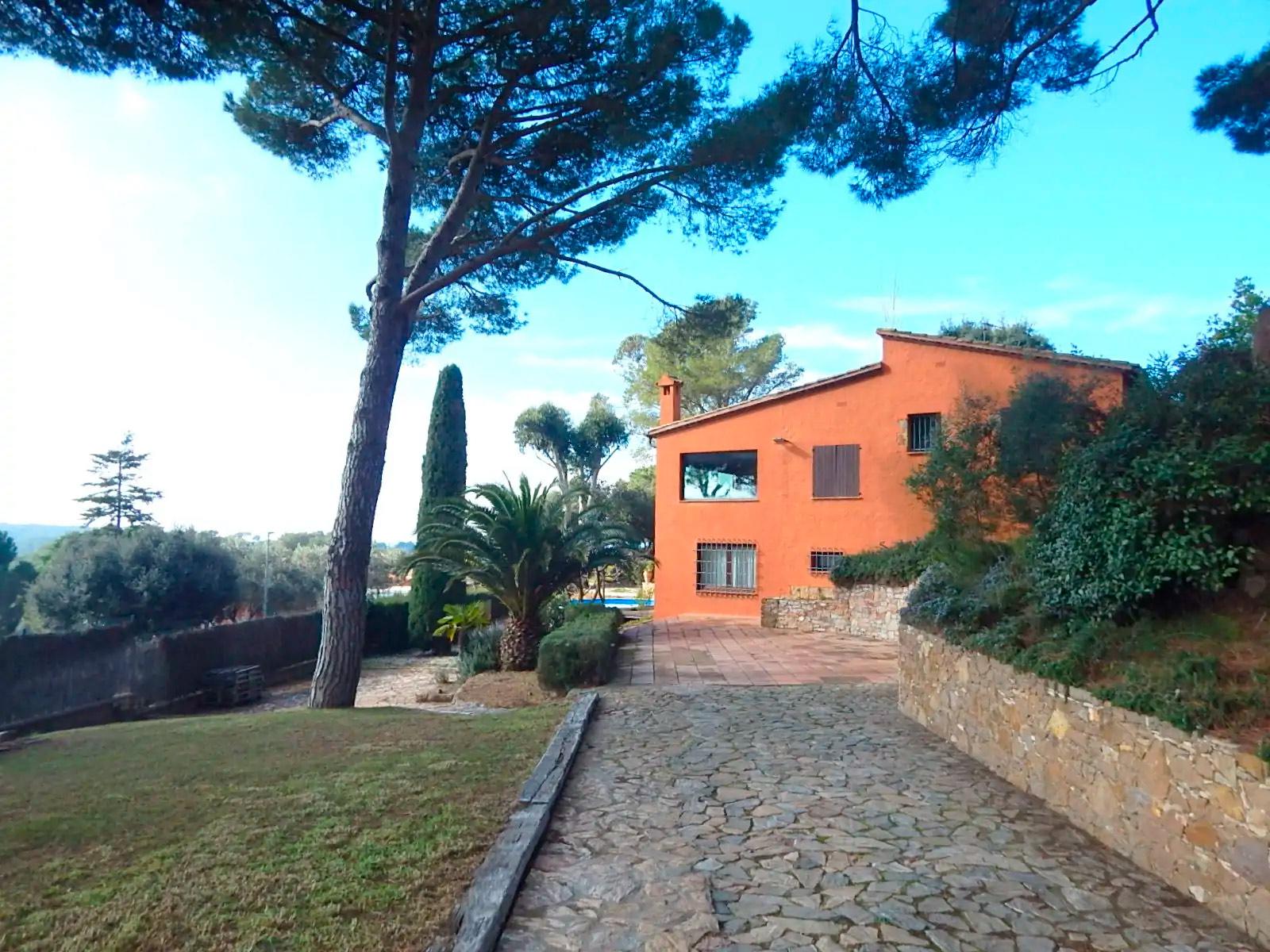 Casa situada a a uns 4 km del centre de Begur, proveïda amb piscina privada, jardí, terrassa i porxo cobert
