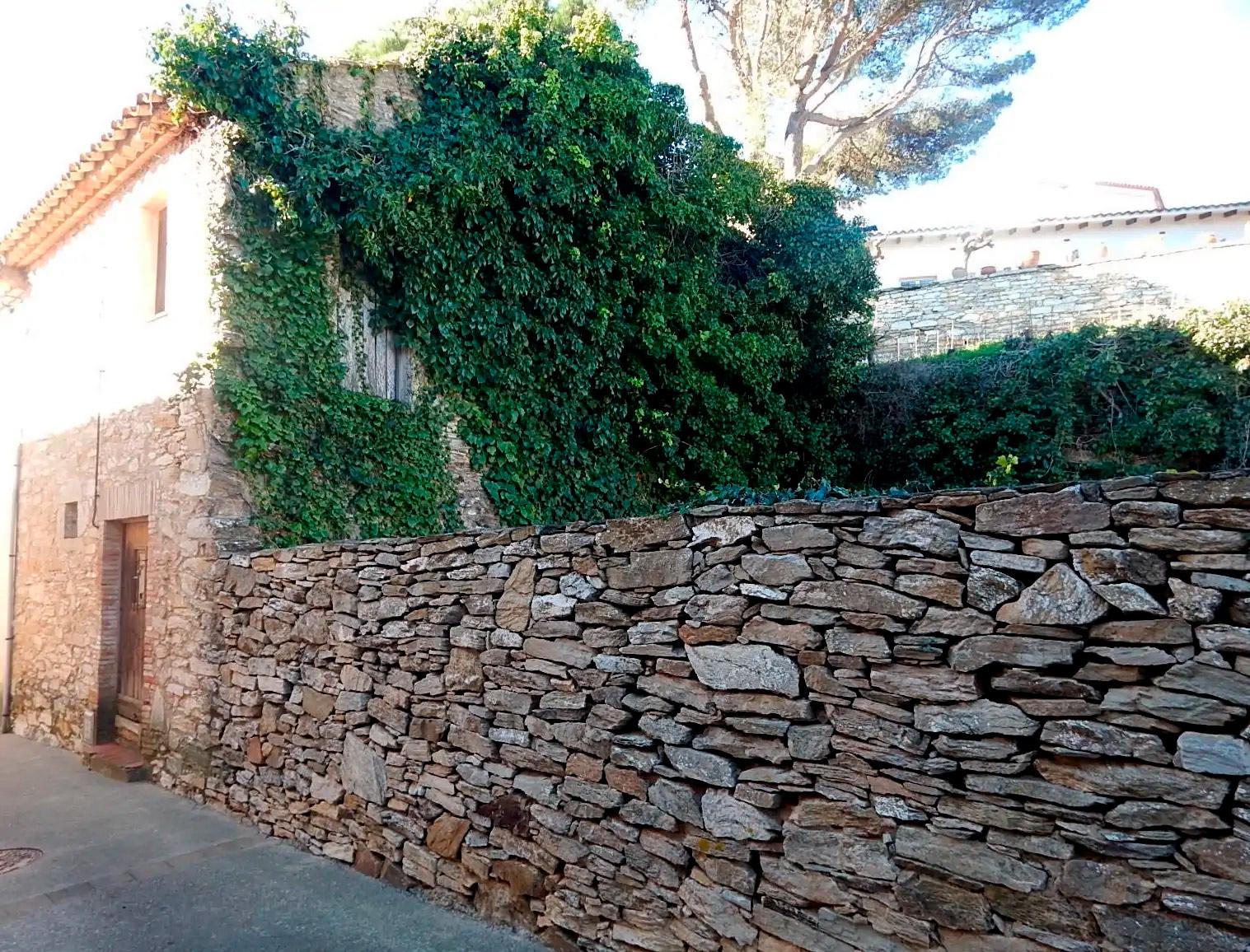 Begur, Casa de poble amb jardí per rehabilitar i restaurar